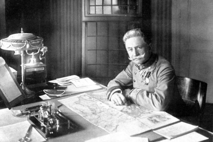 Franz_Frheiherr_Conrad_von_Hötzendorf_1914_Charles_Scolik