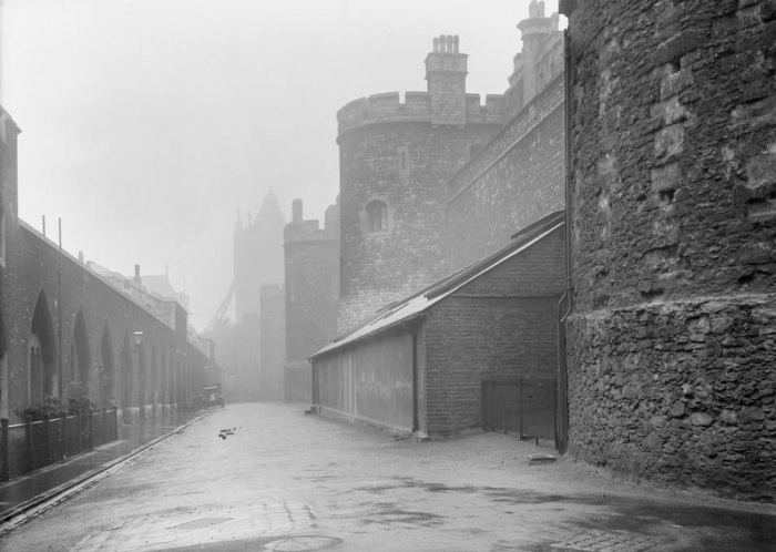 Tower_of_London_Outer_Ward_east_1914-16
