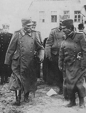srbsky kral Petr I. Karadordevic mezi vojaky