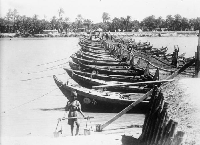 The-boat-bridge-across-the-River-Euphrates-at-Nasiriya