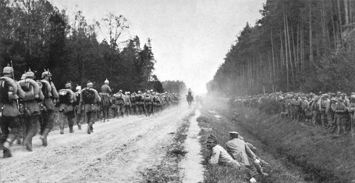 Germans moving past allied Austrians 1915