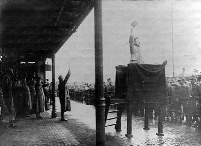 1.5.1915._Na_Jihlavskem_nadrazi.jpg