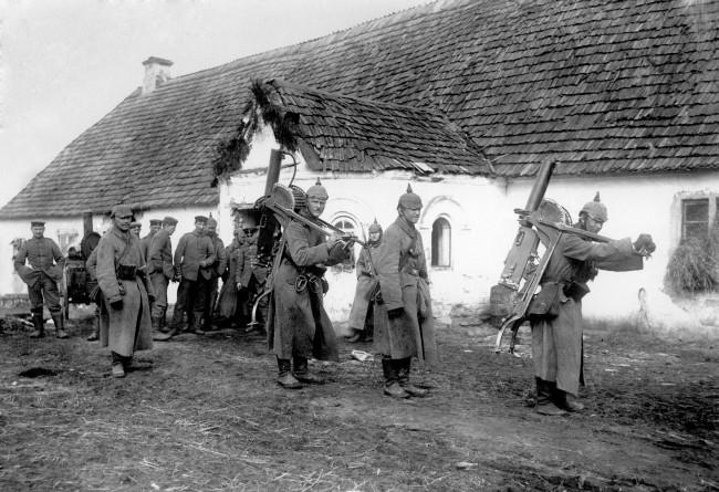 German machine gun teams in the Aubers area 1915.jpg