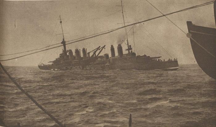 19.3.c Cuirasse_le_Danton_torpille_et_sinclinant_mars_1917
