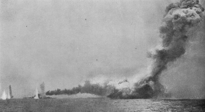 HMSLion_besideHMSQueenMaryblowingup1916