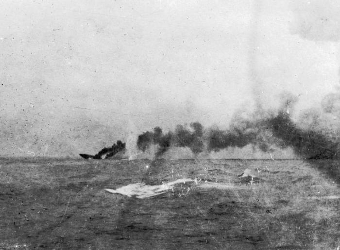 HMS_Indefatigable_sinking-700x516