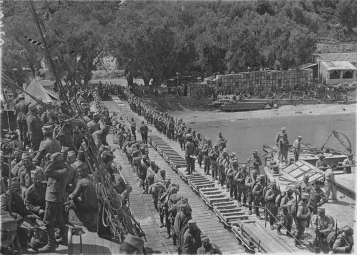 16.2. Troupes_serbes_embarquant_sur_des_bateaux_francais_a_Corfou_en_1916