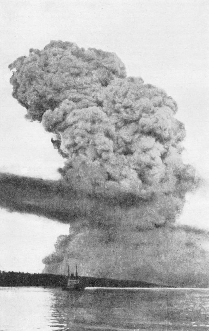 C1 800px-Halifax_Explosion_blast_cloud_restored