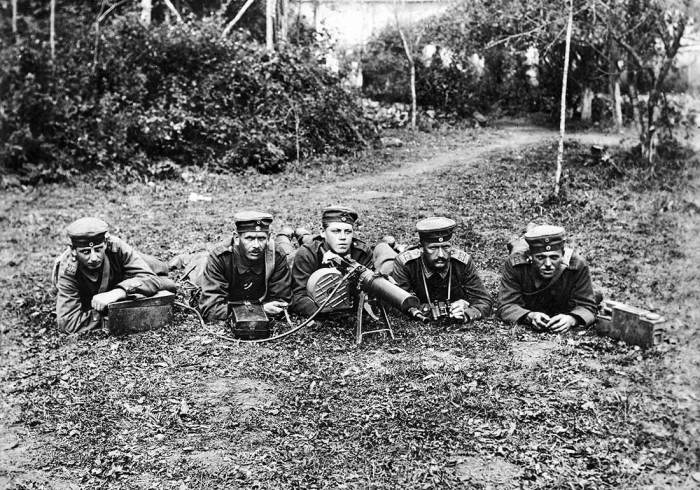 18.7.a Five members of German crew lie in position with machine gun