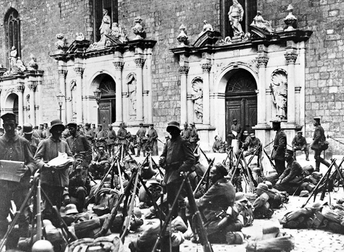 19.9.a German troops rest in front of a church in the city of Riga