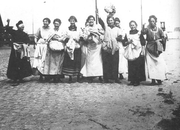 3.7.c Potato_revolt_women_Aardappeloproer_vrouwen_1917