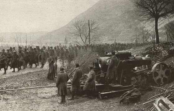 3.8.b pochod-zajatych-rumunskych-vojaku-kolem-rakouskouherske-artilerie-1916--1-559x359p0