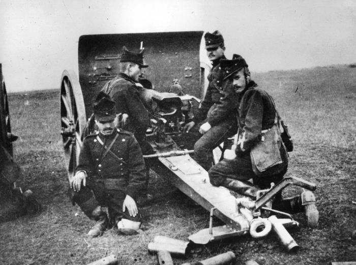 9.8.c romanian-men-soldiers-cannon-on-front-first-world-war
