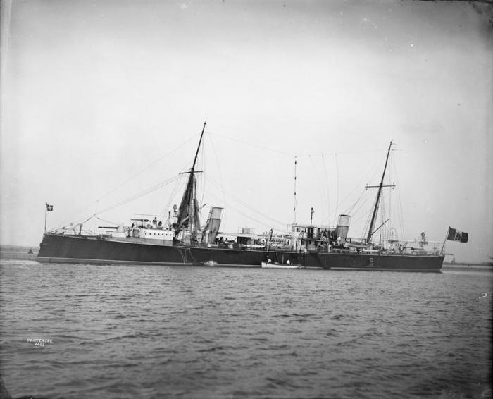 24.3c Italian_torpedo_cruiser_Partenope_1895_IWM_Q_22392
