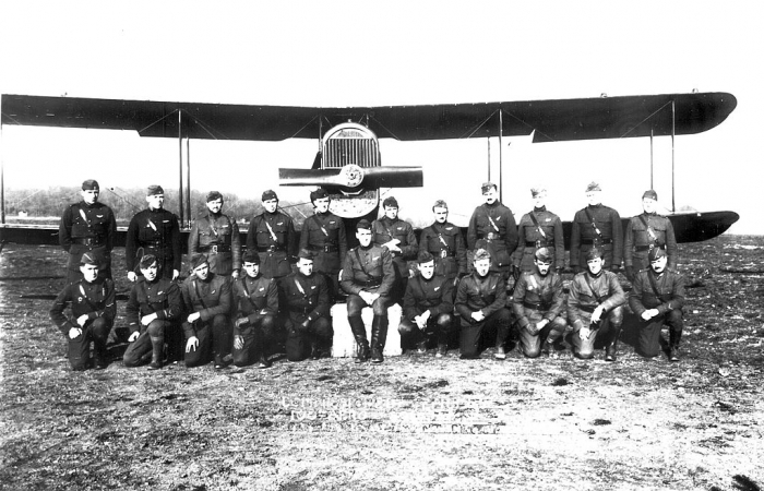 5.2bbb 100th_Aero_Squadron_-_pilots_and_DH-4