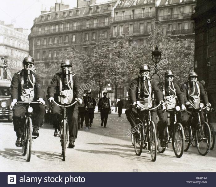 A2 world-war-i-1914-1918-german-air-raid-alert-french-police-officers-BG8KYJ