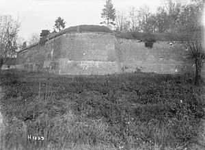 A3 300px-Walls_of_Le_Quesnoy,_1918